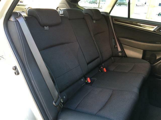 広々としたリアシートです。汚れもなく状態も良いです!リア席にもシートヒーターが付きます。寒い日などに便利です
