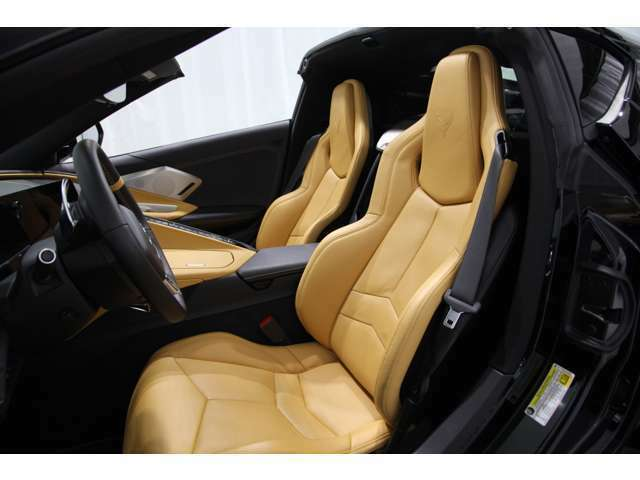 GT1バケットシートと名付けられた運転席&助手席8wayパワーシート。ヘッドレストにはコルベットマークが入っています。