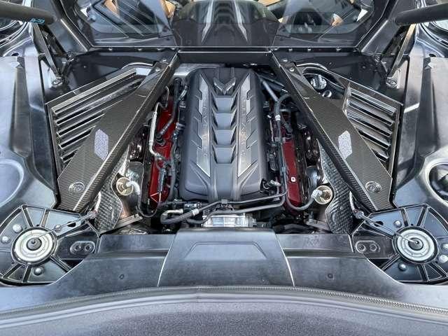 カーボンファイバートリム&ライティング。C8に搭載されるエンジンは、6.2L V8 LT2エンジンで高馬力を発生。