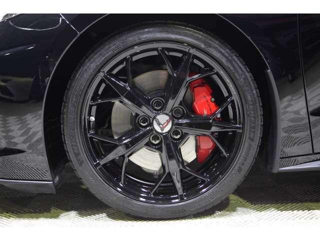 フロント19インチ×リア20インチの前後異径サイズとなる5トライデントスポークペインテッドアルミホイール。スーパーカーの定番アイテム、ブレンボキャリパーはブライトレッドペイント。Z51ロゴ入り
