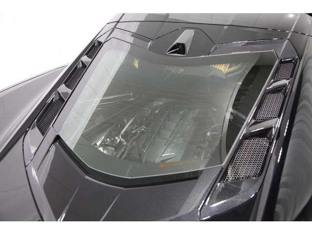 リアハッチには後方視界の確保と、外からでもエンジンが見えるという演出を意図してガラスパネルを採用。ガラスエンジンフード。その厚さは3.2mmと薄く軽量に仕上がっています。半ドア防止のソフトクローズ機能付