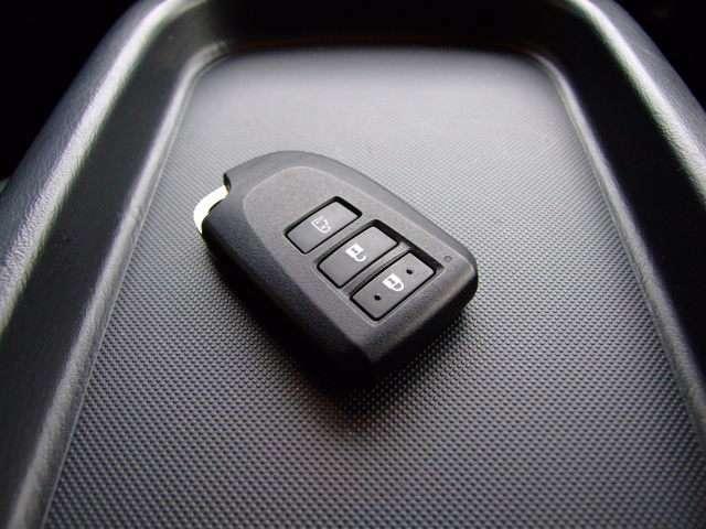 スライドドアには、ドアハンドルを軽く引くだけで自動開閉するパワースライドドアを設定。また、インストルメントパネルとキーに装備したスイッチでもパワースライドドアの開閉操作ができます。