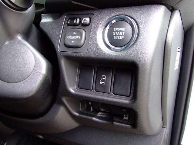 純正OPスマートエントリー&スタートシステム装着済。スマートキーを携帯していれば、ドアハンドルのスイッチを押すだけでドアの解錠・施錠ができます。また始動はブレーキを踏みながらエンジンスイッチを押すだけ