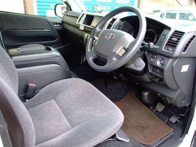 張りのある運転席シート。助手席とともに使用感が非常に少ないです。オプションステアリングスイッチ付き。この年式はトラクションコントロール採用。