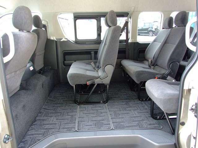 ハイエースワゴンは、全席に3点シートベルトを装備。さらにそれぞれの座席にはリクライニング機能と個別吹き出し付リヤクーラーも搭載。 気配りの行き届いた室内で、乗る人すべてに快適な移動を提供しています。