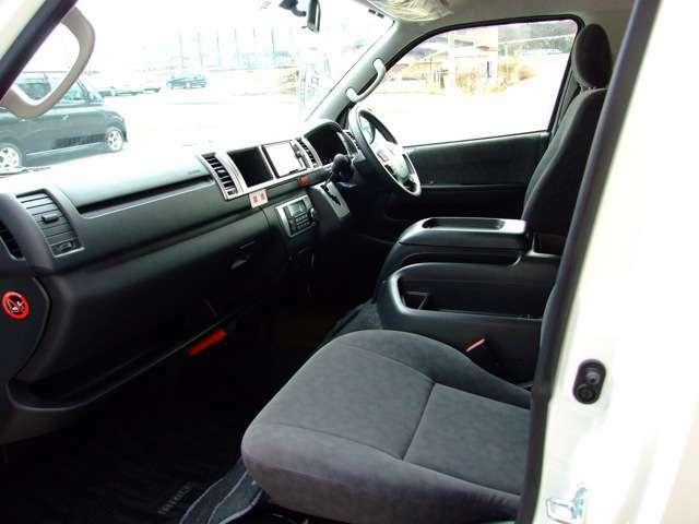4型後期より6速オートマ装備。マニュアル感覚の操作ができるシーケンシャルシフトマチックも備えています。ゲート式のインパネシフトの採用により、運転時の操作性と運転席ー助手席間のウォークスルーしやすさを両立
