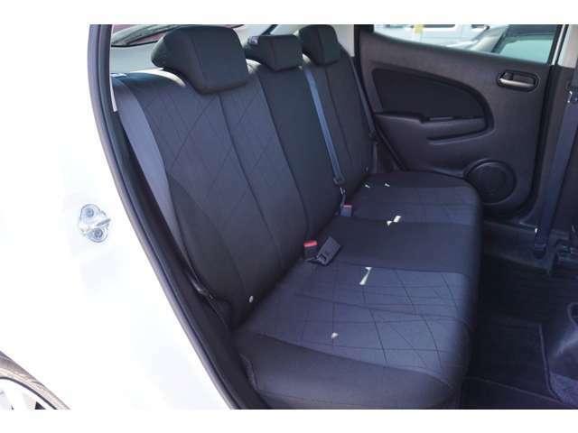 セカンドシートは、コンパクトカーですが大人がしっかり座れる広さです。