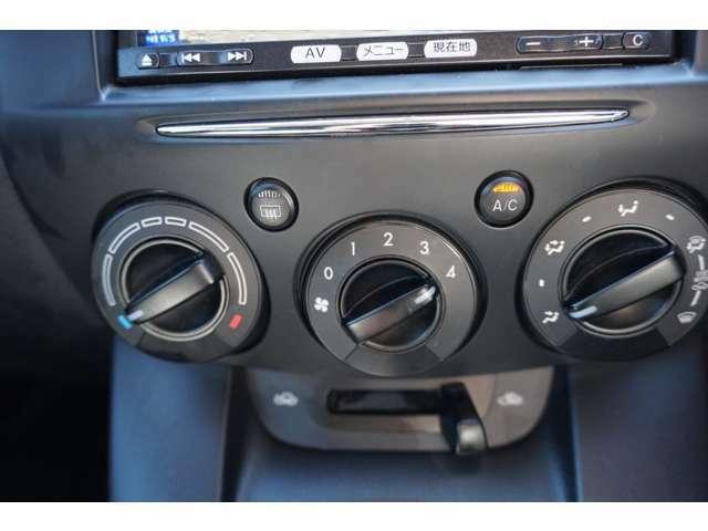 マニュアルエアコンです。お好きな温度に調整して快適なドライブが楽しめます。