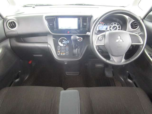 内装ブラック ベンチシート トランスミッションは、CVT(自動無段変速機)シートバックテーブル・ロールサンシェード・フックなど便利な装備がございます。