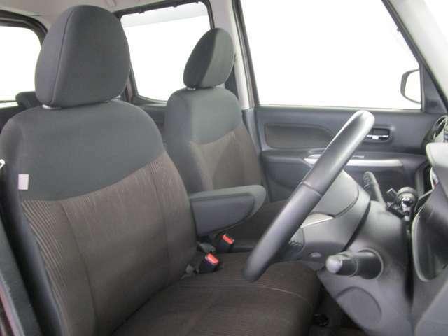 運転席のシートは、スライド・高さ調整ができるので、自分に合ったポジションを確保できます。