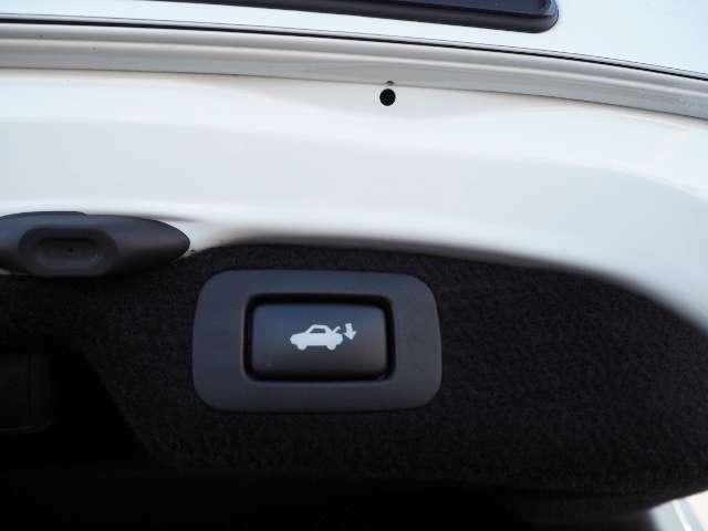 メーカーオプション★パワートランク・・キーを携帯しているか、ドアがアンロックの状態であれば、スイッチ操作でトランクリッドの自動開閉が行えます。