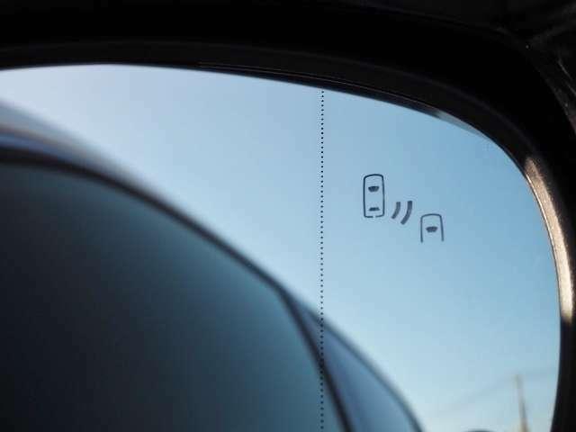 メーカーオプション★BSM(ブラインドスポットモニター)・・走行中にドアミラーだけでは確認しにくい後側方エリアに存在する車両を検知し、ドアミラーのインジケーターが点灯。