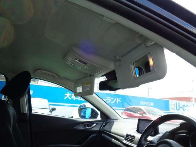 運転席&助手席バイザーにはバニティーミラーを装備してます。