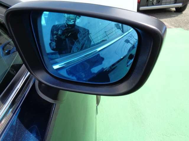 ディーラーオプションのブルー浸水ドアミラーが装着されてます。雨天走行時でも司会確保して安心して運転できます。