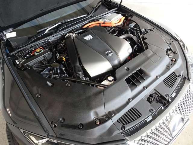 V6エンジンと2基のモーターから構成されるレクサス・ハイブリッド・システムに変速機構を直列に配置。