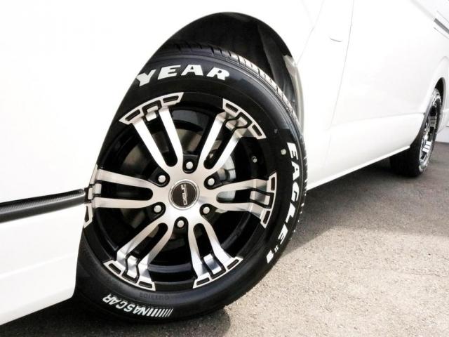 FLEX Delf02 17インチAWを装着済み! タイヤはナスカーホワイトレタータイヤを合わせています。