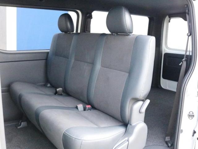 2列目シートも勿論ハーフレザーシートです。3点式シートベルトなのでチャイルドシートの設置も可能です。