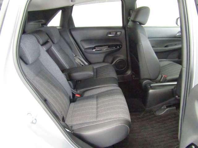2列目シートもゆったりと座って頂けますので後部座席にお乗りの方も楽しくドライブに参加できて楽です!車内の高さもあり、勿論チャイルドシートにも対応していてお子様の乗り降りも腰を痛めず抱っこして頂けます!