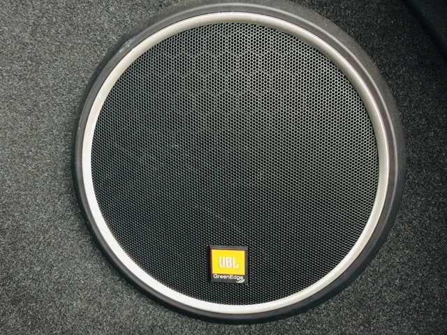 """【 JBLプレミアムサウンドシステム 】「GreenEdgeテクノロジー」に基づいて従来の半分の電流で約2倍の高出力を可能にする""""超高効率""""のサウンドで室内空間に高級な音響を届けてくれます♪"""