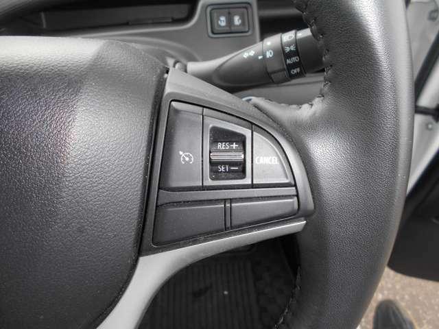 ステアリングにオートスピードコントロールスイッチを搭載。ステアリングを離さずスピードコントロールが可能です。