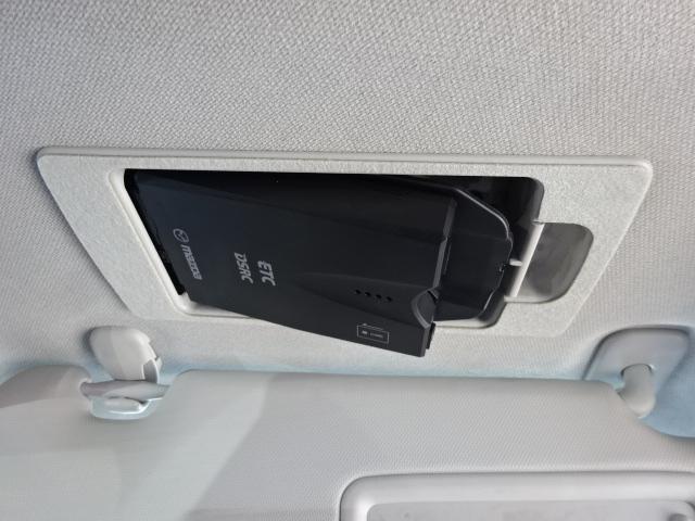 ETC付きなので料金所はスイスイ通過。収納場所は天井にスマートインなので運転席周りはスッキリしています。