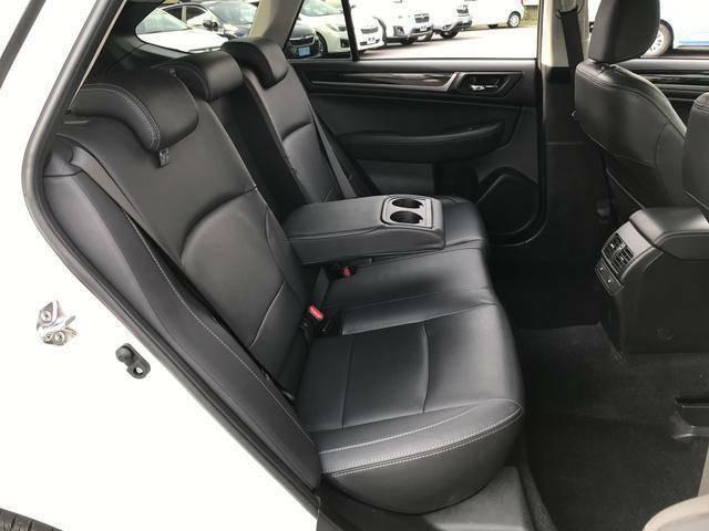 後席にもシートヒーターが付いております。真ん中の人、すいません、ヒーターは左右にしかありません。アウトバックの後席は広くていいです。足元にもゆとりがありますし座った時の感じもいいです。