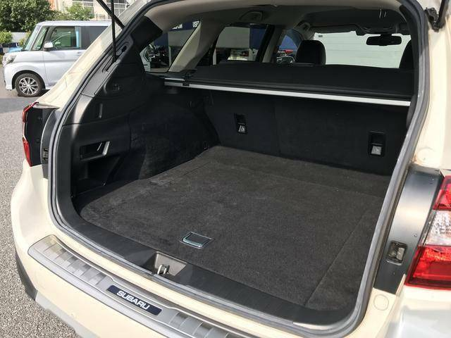 スバルのワゴンですので荷室の広さは問題ないと思っております。幅も奥行も高さもゆとりがあります。荷室壁面には後席背もたれワンタッチ前倒しレバーがあります。便利な機能です。