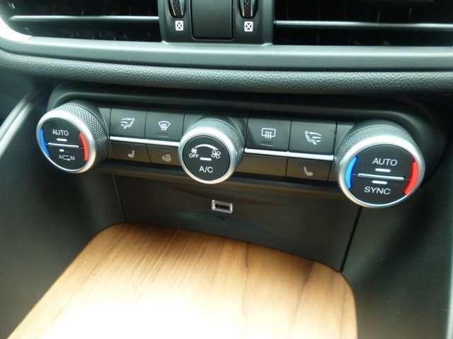 左右独立式フルオートエアコンを装備で車内は快適!