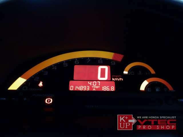 メーターはドット抜け、照明切れもなく、9000rpmまで駆け上がるデジタルメーターがキレイなオレンジ色で楽しい走りを演出します。
