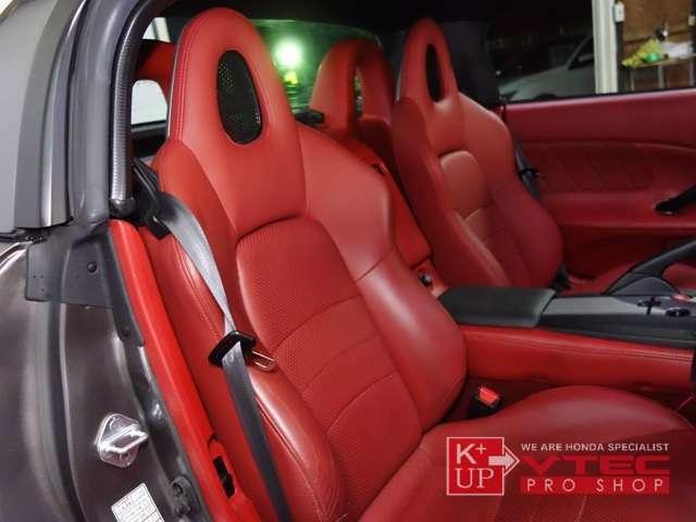 赤々しい内装色は希少です。室内オリジナルコンディションを保った一台。純正赤レザーシートは若干のシワよりこそございますが、赤々しく日焼けも少ない状態をキープしております。