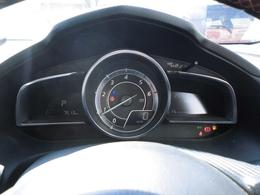 視認性の良いスピードメーターが装備されてます。