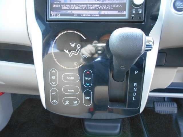 オートエアコン・シフト周り オートエアコンで空調の調節や操作が簡単に出来ます!