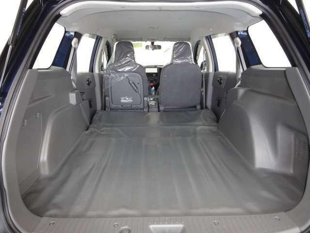 シートを倒すと多少大きな荷物も載せることができ、長さのある荷物も積む事ができます。