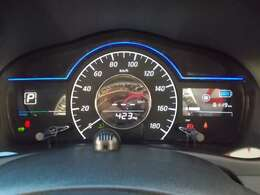 大きな文字と見やすいデザインで、運転中でも瞬時に情報を読み取れる。