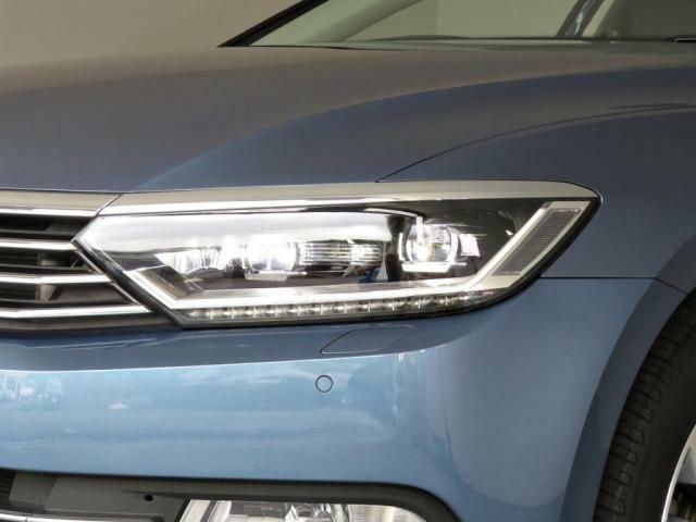 自然光に近い光が、より明るく夜道を照らしドライバーの疲労を減らします。LEDライト