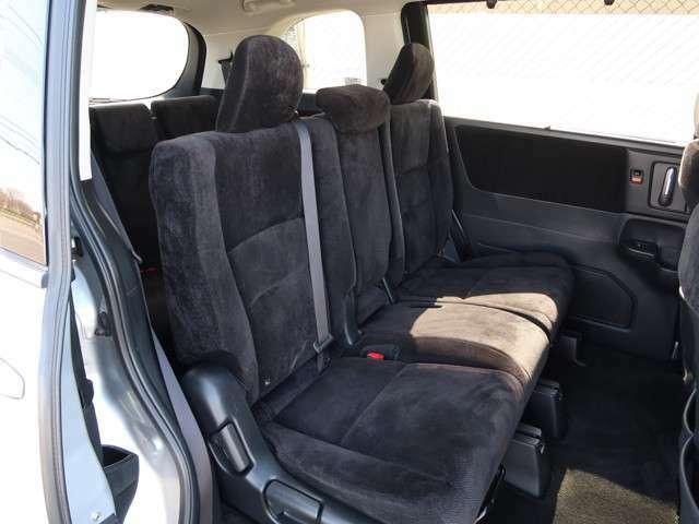2列目シートもゆったり快適に座っていただけますので、後部座席にお乗りの大切な方も楽しくドライブに参加していただけます☆もちろんチャイルドシートの取り付けにも対応します!