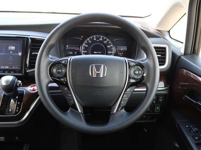 ハンドルにオーディオの操作スイッチが装備されています!視線を前方から外さずハンドルから手を離さずに操作できるのでとっても安全ですね♪