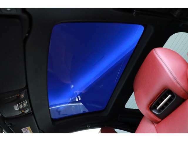 マジックスカイルーフが装備されておりますので、オープン時以外でも開放的なドライビングをお楽しみ頂けます!!