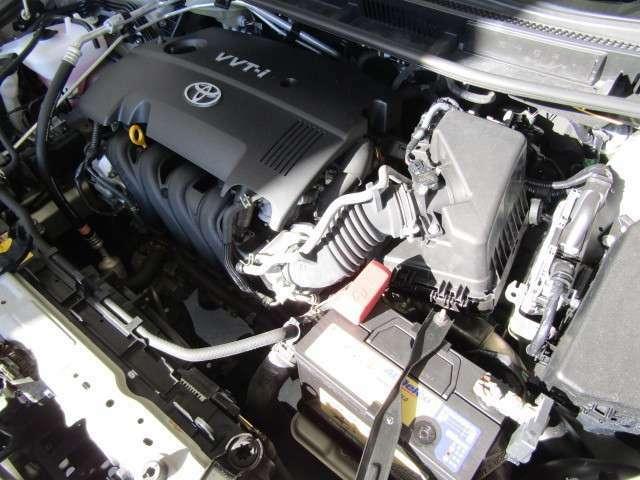 1,500ccのガソリンエンジンです。エンジンルームはボンネット裏からヒンジの奥まで油汚れを除去しています。