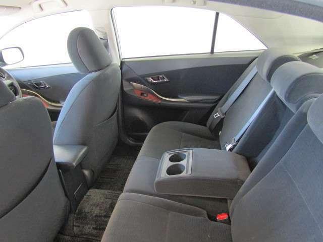 リアシートはドリンクホルダー付きのセンターアームレストも装備で、長時間のドライブでも快適に過ごせ、疲れづらいシートです。