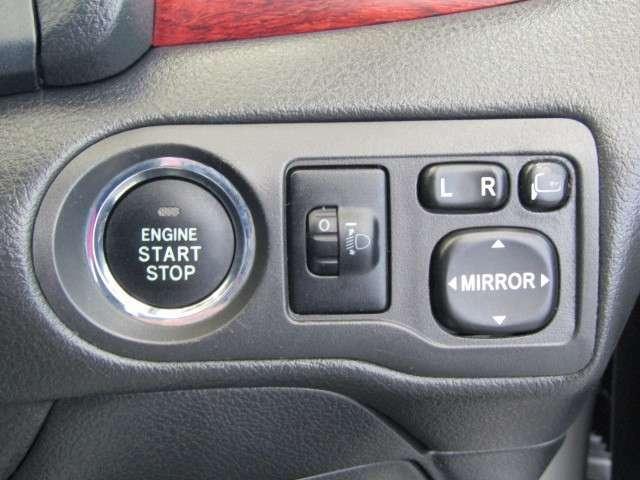 スマートキーシステムです。キーがポケットやバッグの中でも、キーを出すこと無くスタートスイッチを押すだけで始動!