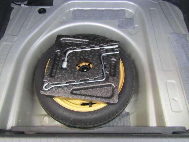スペアタイヤが付いてます。タイヤ交換が不慣れの方は、ロードサービスを呼びましょう。