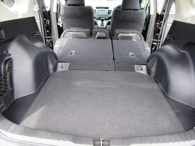 6:4分割可倒式リヤシート 前に倒しこむと荷室スペースをさらに確保することができます。