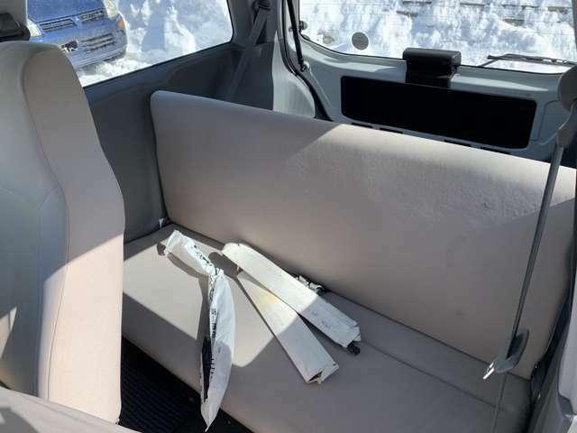 後部座席は座れないくらい狭いです。