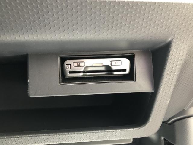 ETCユニットは膝元のBOXに埋め込み式で付いています。剥き出しにならずにスタイリッシュ&カード盗難防止に役立ちます。ETCセットアップを行えば使用可能になります。