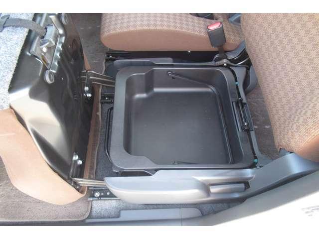 助手席シート下には便利な収納も装備しています!
