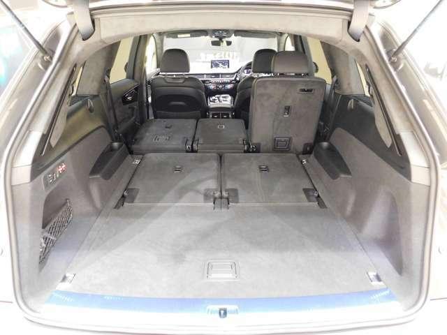 トランク容量は通常770リットル、35:30:35分割可倒リヤシートを倒せば最大1,955リットルまで拡大します。