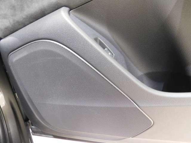 【Audiサウンドシステム】 標準仕様のオーディオですが、180Wのアンプがセンタースピーカー、サブウーファーを含む10個のスピーカーを駆動、なかなかの音質で音楽をお楽しみいただけます。