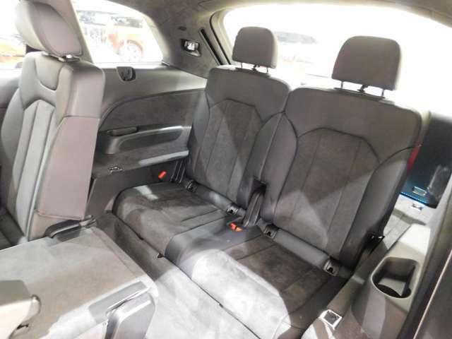 3列目シートは電動格納式です。 SUV型の3列目シートとしては十分な広さを確保しています。
