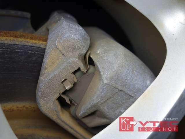 ブレーキローターもヒートクラック・偏摩耗等ございません。当社にてキャリパーOHや、お好みのパッドやローターの交換等もご対応可能です。専門知識多数のスタッフへお気軽にご相談下さい!